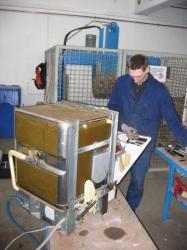 Erstverwertung der Elektroaltgeräte - Bild zeigt einen Mann beim Zerlegen eines Haushaltsgroßgerätes